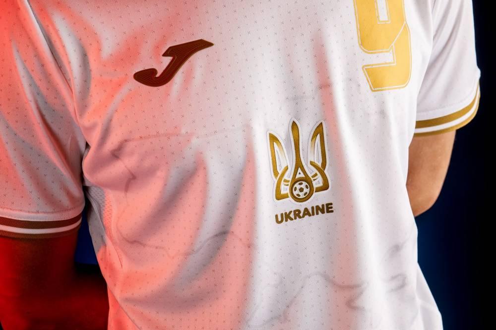 Герб и карта с Крымом на форме сборной Украины