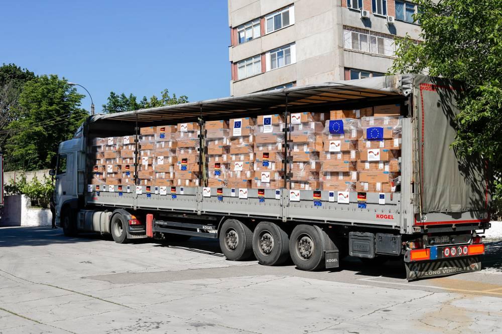 Грузовик с коробками гуманитарной помощи