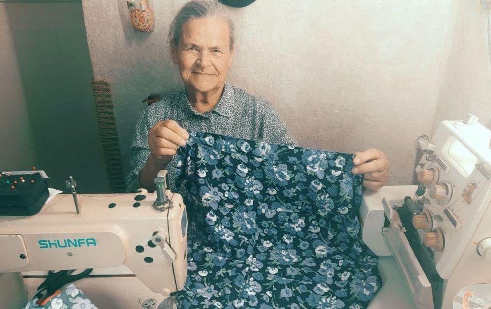 Бабушка и швейная машинка