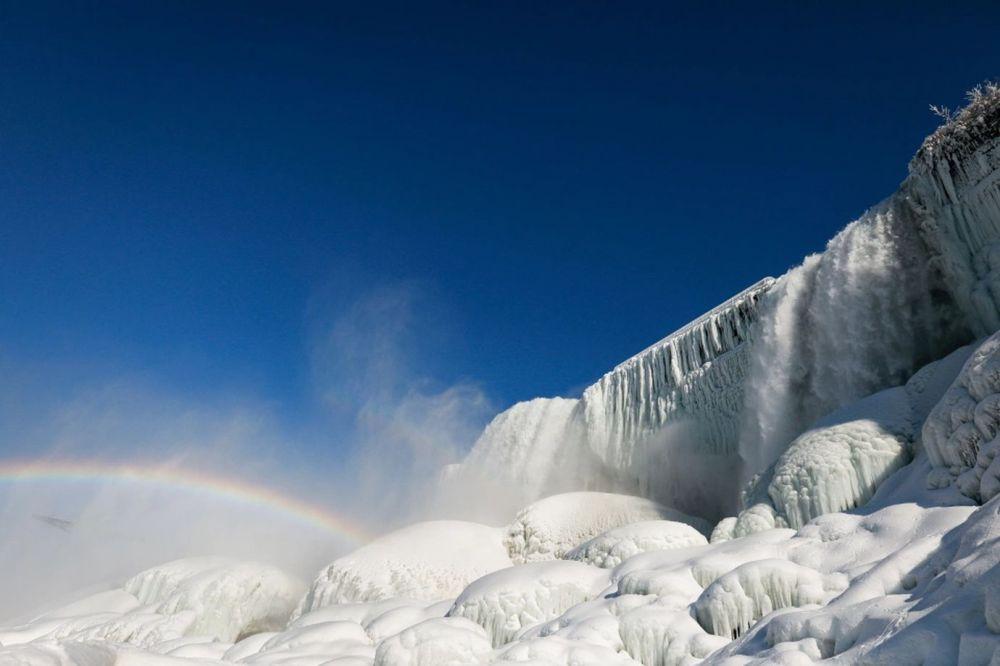 Из-за сильных холодов замерз Ниагарский водопад (фото