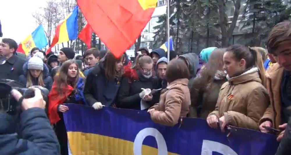 ВКишиневе под румынскими флагами прошел протест против результатов выборов