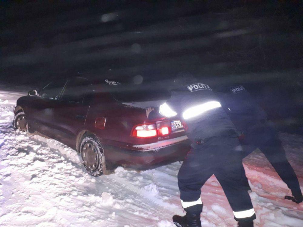 Полицейские толкают авто