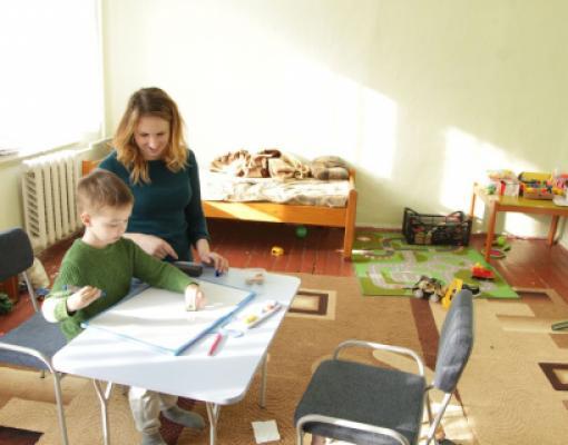 Матей Пара, ребенок с аутизмом и поведенческий терапевт Виорика Чолак в ходе реабилитационного занятия.
