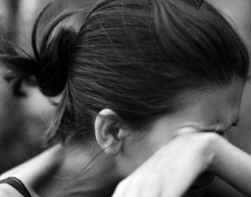 Девушка плачет, изнасилование
