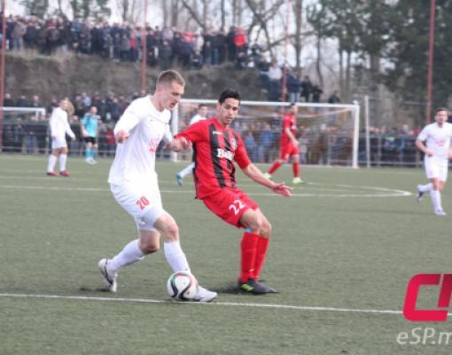 С соперником за мяч борется аргентинский полузащитник «Зари» Рубен Гомес (в красной форме).