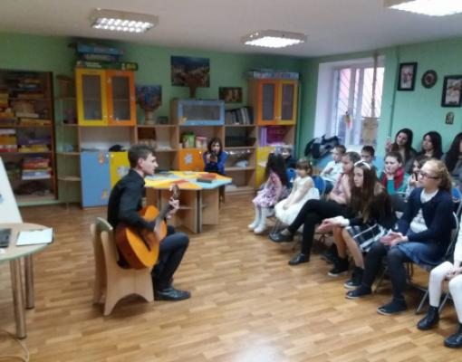 Волонтёр подросткового центра Маяк Сергей Тетелюк пел под гитару песни Высоцкого