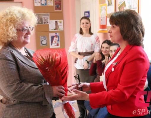Ада Цыбуляк принимает поздравления от начальника отдела культуры Веры Караулан.