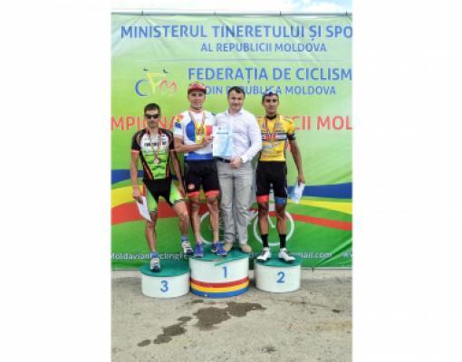 Почти бельцкий пьедестал почёта после групповой гонки на 140 км: 1-е место — Кристиан Райляну, 2-е — Максим Руснак.