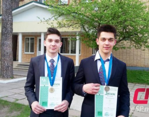 Обладатели бронзовых медалей олимпиады по химии Дмитрий Митков (слева) и Михаил Чикнаев