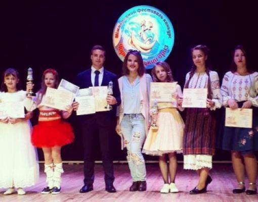 Призёры конкурса «Черноморский бриз» вместе со своим наставником Олесей Дрегля (в центре)