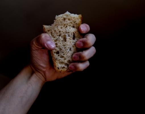 хлеб в руке, голод, прожиточный минимум