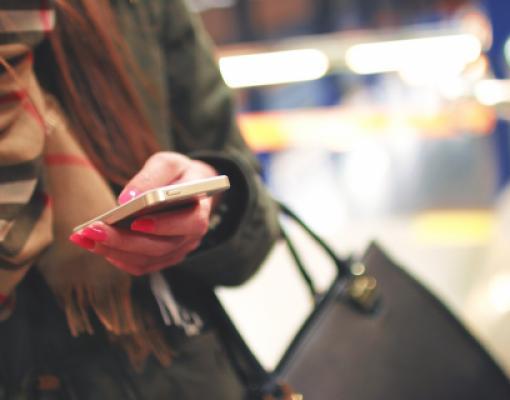 Женщина держит телефон в руке