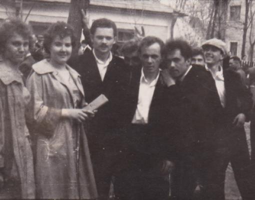 Молодые работники завода им. Ленина любили пошутить. Георгий Урсу — в центре.