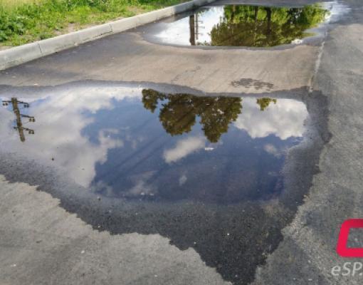 ремонт дорог в Бельцах, лужа на асфальте