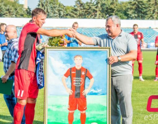Николай Григоришин вручает Георгию Богю портрет в полный рост.