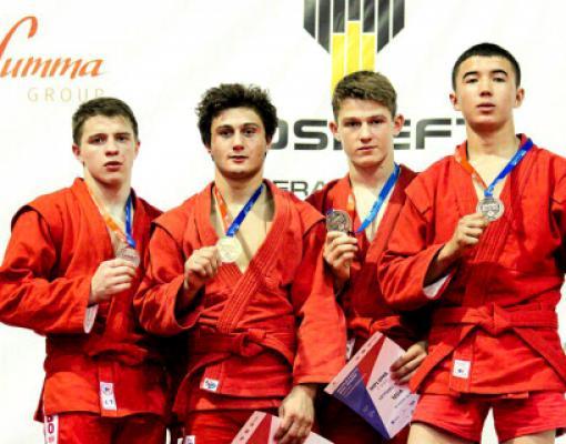 Марк Латышев (второй справа) с медалью мирового первенства