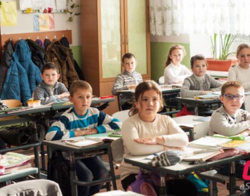 Ученики в школе за партами