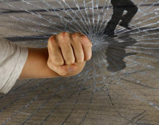 Ограбление, разбитое окно, кулак