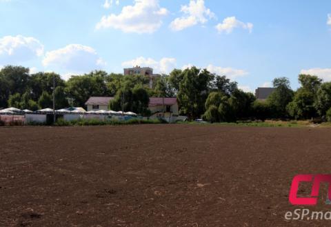 Футбольное поле у городского озера в Бельцах
