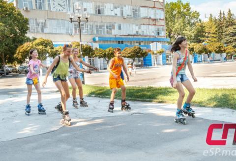 Дети на роликах на центральной площади в Бельцах