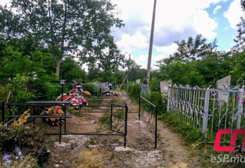 Могила на бельцком кладбище перекрывает дорогу