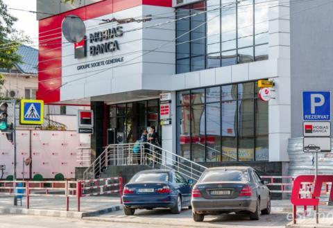 Парковка перед офисом «Mobiasbanca»