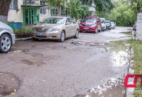 Бельцы, ул. Йорги, 6: разбитые тротуары, дорога и машины