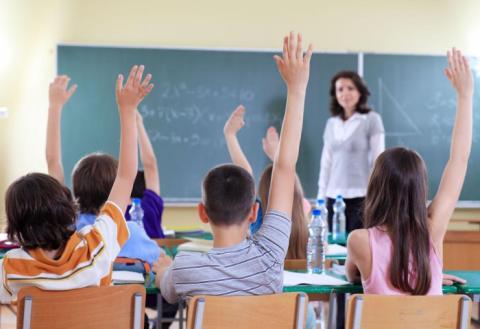 Дети на уроке тянут руки, школа, класс