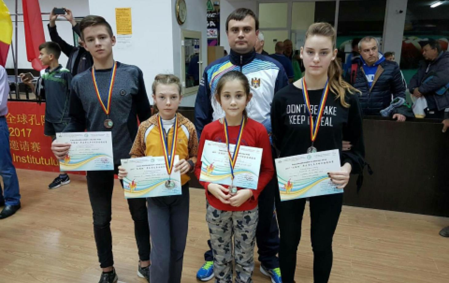 Команда теннисистов слева направо: Арсений Якубенко, Валерия Виеру, Виктория Михайлова, Виталина Брынза и тренер Олег Шарик