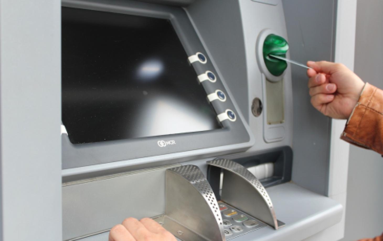 Молдаване получают зарплату на карту, но оплачивают всё наличными
