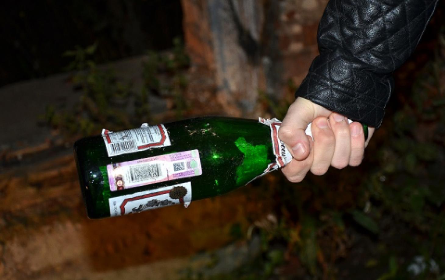 Фото девушки с битой бутылкой