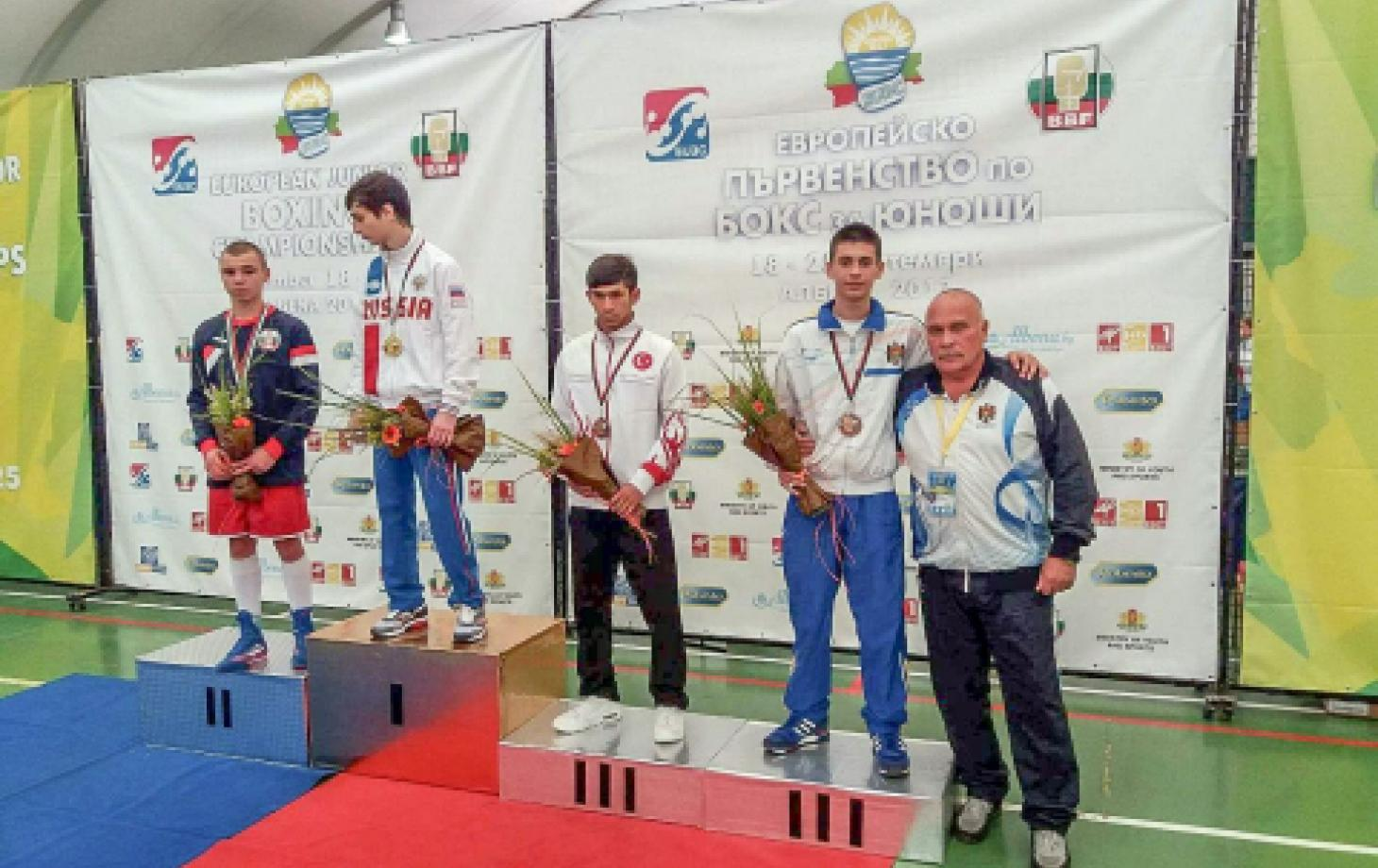 Виталий Присакару на третьей ступени пьедестала. Рядом — тренер Игорь Пупков.