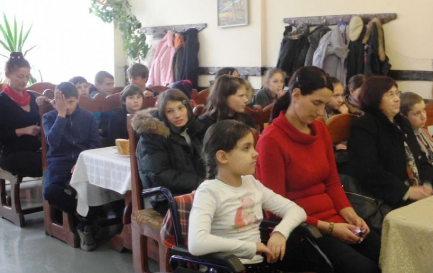 Магдалена и Наталья Чобану вместе с другими детьми из Яловен участвуют в публичных обсуждениях по правам человека