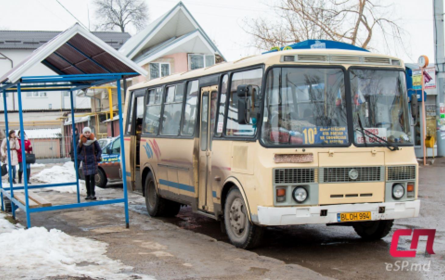 Автобус №10 на остановке в Бельцах