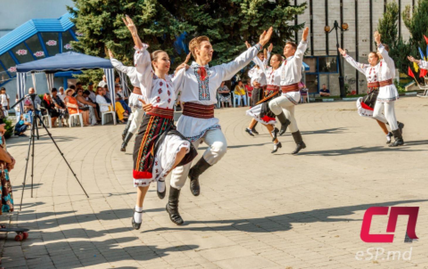 День Независимости Республики Молдова в Бельцах. Молдавские народные костюмы, танцы