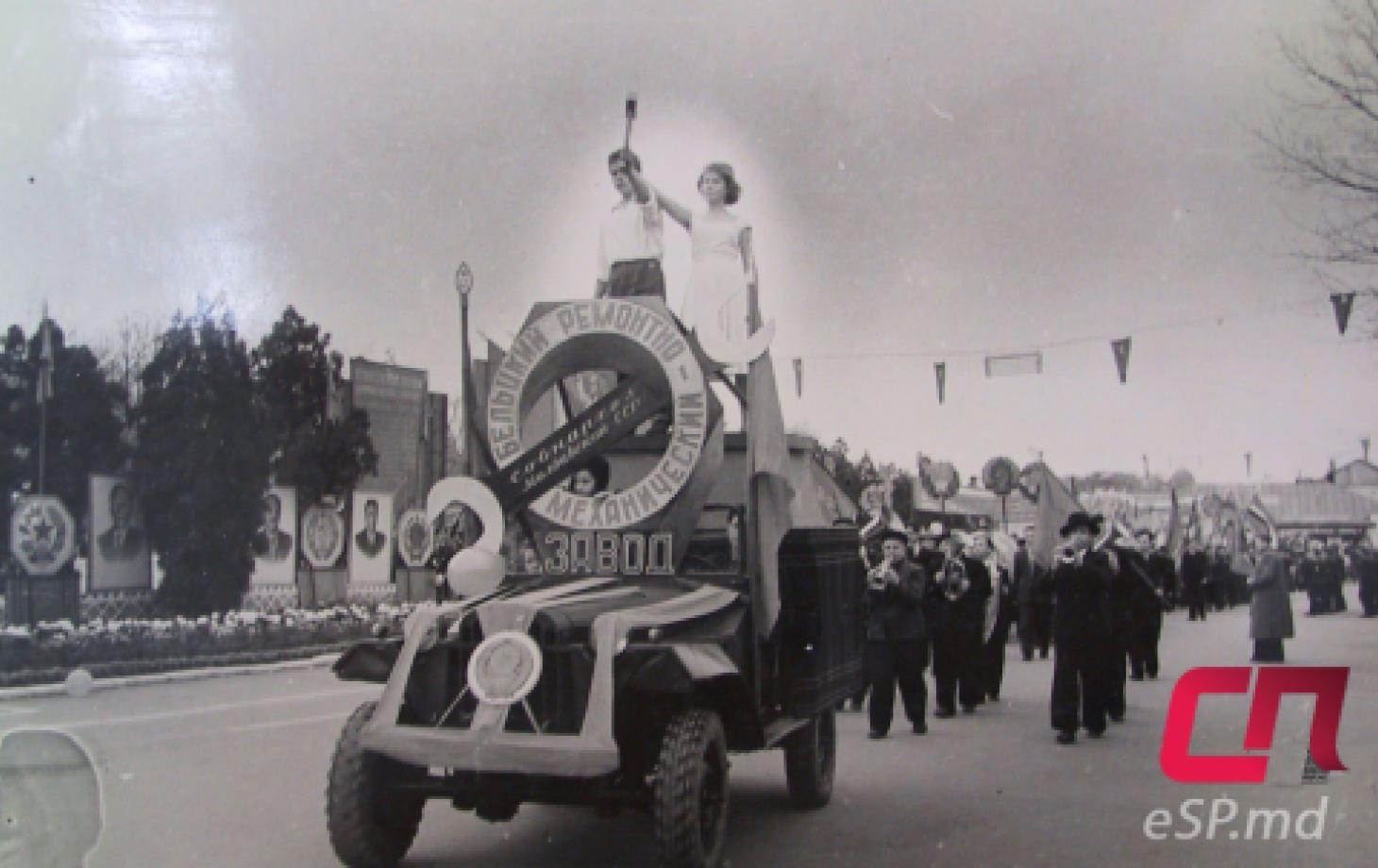 1960-й год, 43-я годовщина октября. По старому центру Бельц (ещё до реконструкции) проходит колонна Бельцкого ремонтно механического завода.