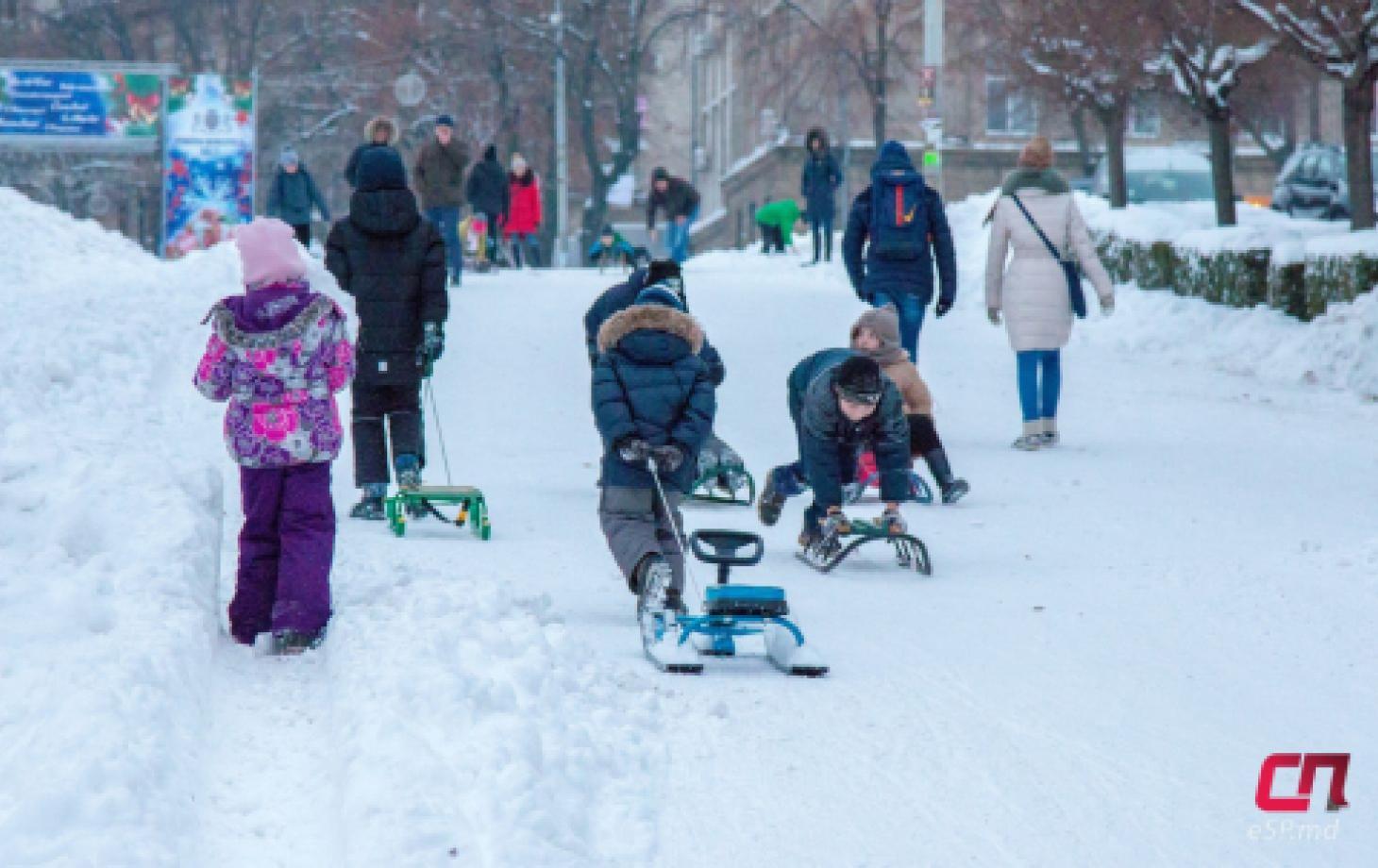 Дети катаются на санках с горки