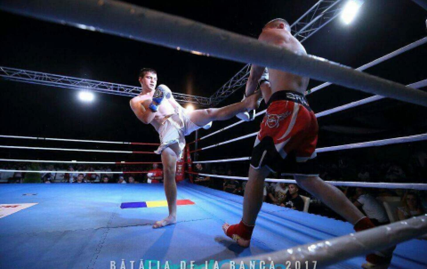 Николай Пируцкий (в белых шортах) наносит удар сопернику.